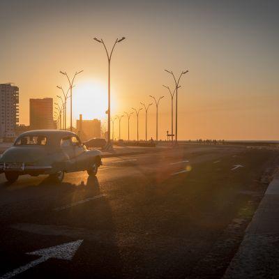 Amerikanrauta ajaa Havannassa kohti auringonlaskua.