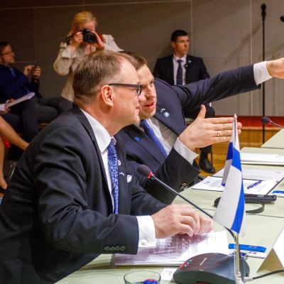 Pääministerit pöydän ääressä.