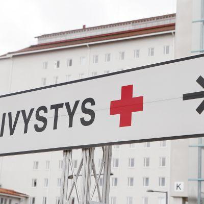 Päivystys -kyltti keskussairaalan edustalla.