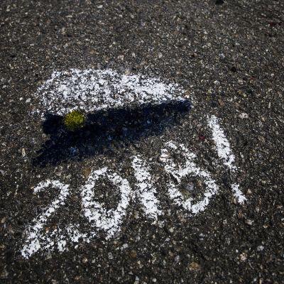 Ylioppilaslakki maalaus asfaltilla