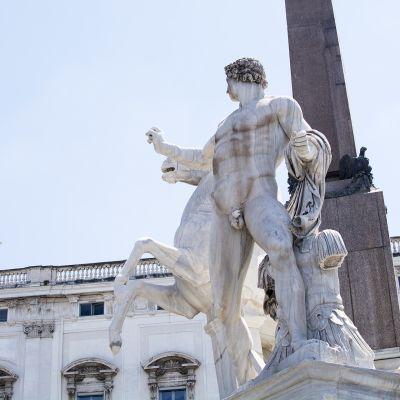 Patsas Italian presidentinpalatsin edessä.