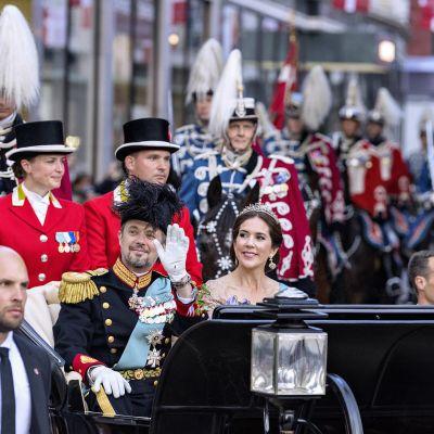 Tanskan kruununprinssi Frederik ja puoliso kruununprinsessa Mary vaunuissa matkalla Amalienborgin linnasta Christansborgin linnaan kruununprinssin 50-vuotisjuhlavastaanotolle.