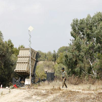 Israelilainen sotilas partioi Gazan rajan läheisyydessä.