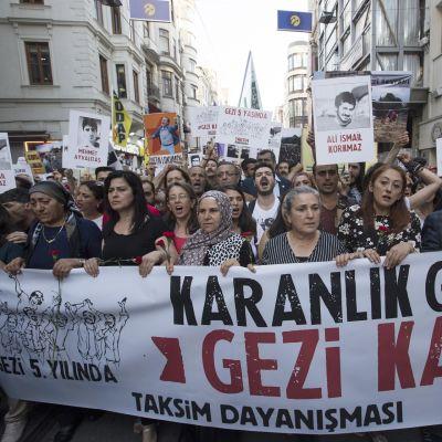 Turkkilaiset marssivat Istanbulissa 31. toukokuuta 2018. He kantavat kylttejä, joilla viitataan viiden vuoden takaisiin välivaltaisiin tapahtumiin.