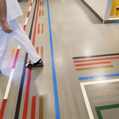 Jalat sairaalan lattian ohjeviidakossa.