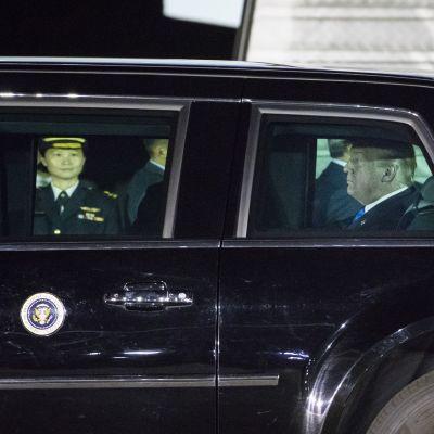 Yhdysvaltain presidentti autossaan Singaporeen laskeutumisen jälkeen.