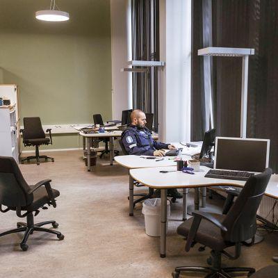 Osa Oulun poliisista on yhä väistötiloissa kaupungin itälaidalla Hiukkavaarassa.