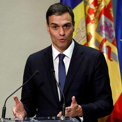 Espanjan pääministeri Pedro Sanchez puhujan korokkeella.