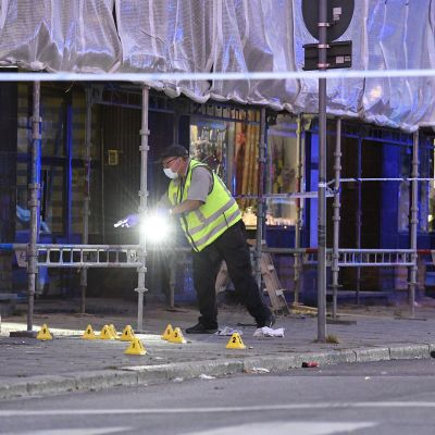 Rikospaikkatutkijat työssä Drottninggatanilla.