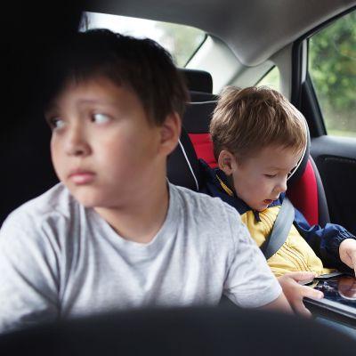 Lapsia auton takapenkillä