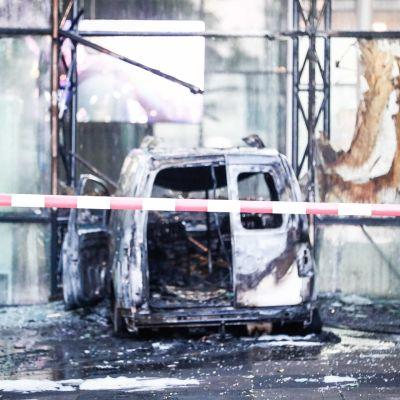 Valkoinen pakettiauto tuhoutui ajokelvottomaksi.