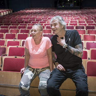Sari Siikander ja Jussi Lampi Peacock teatterin katsomossa