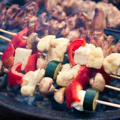 Grillissä vihanneksia ja lihaa.