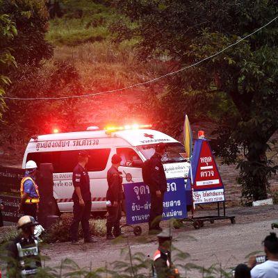 Ambulanssi lähdössä luolan suulta.