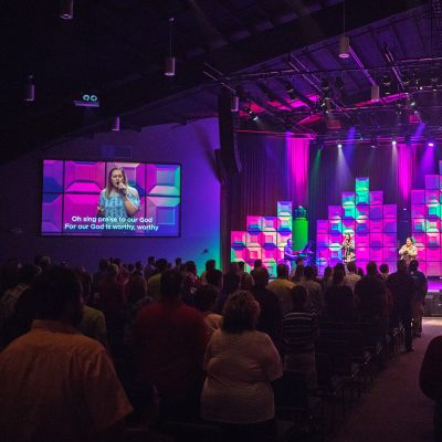 Värikkäät valot palavat Blue Ridge Community -kirkon esiintymislavalla.