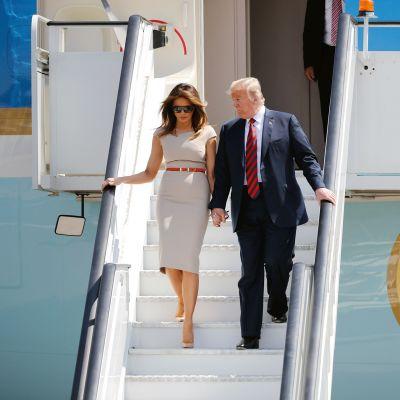 Yhdysvaltain presidentti Donald Trump ja Melania Trump laskeutuvat lentokoneesta käsi kädessä Stanstedin lentokentällä Lontoossa.