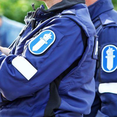 Poliiseja puvuissaan.