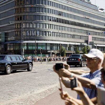 Ihmiset valokuvaavat Mannerheimintiellä.