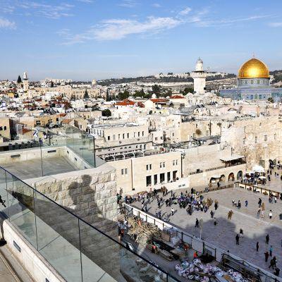Israelilainen sotilas tarkkailee Jerusalemin vanhaakaupunkia ja Itkumuuria kattotasanteelta. Alueella sijaitsevat pyhät paikat niin muslimeille kuin juutalaisille.
