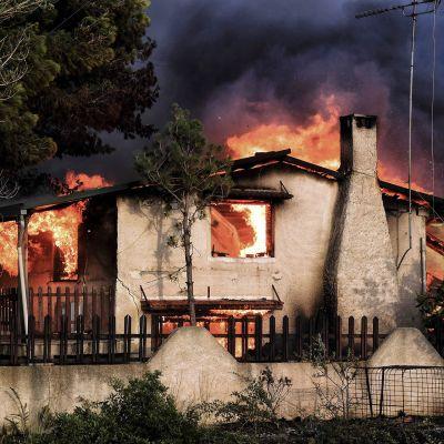 Talo palaa Kreikan Kinetassa.