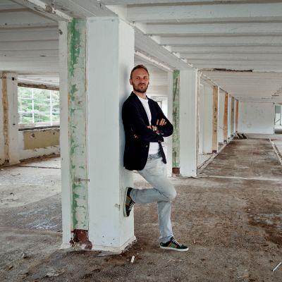 Mies rakennuksessa.
