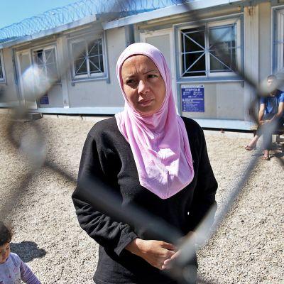 Nainen verkkoaidan takana Fylakion pakolaiskeskuksessa Turkin rajan lähellä Kreikassa.