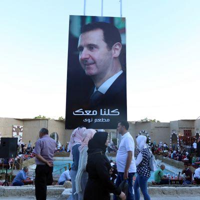 Syyrian presidentin Bashar al-Assadin suuri kuva markkina-alueella Damaskoksessa.
