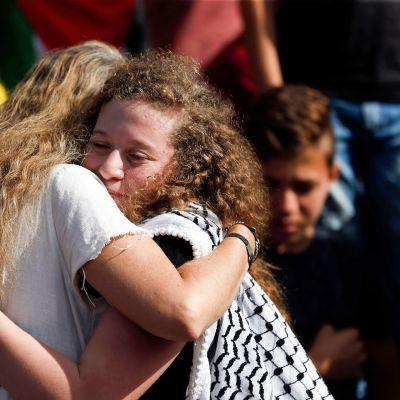 Ahed Tamimi (oik.) halaa israelilaisen asianajajansa kanssa vapauduttuaan.
