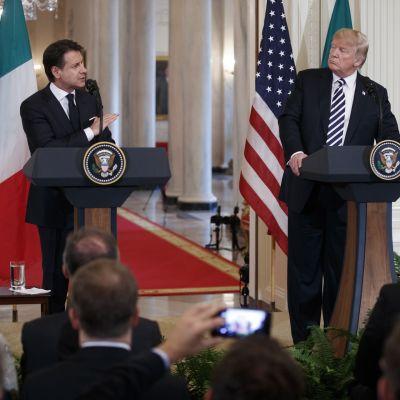 Italian pääministeri Giuseppe Conte ja Yhdysvaltain presidentti Donald Trump tiedotustilaisuudessa Valkoisessa talossa.