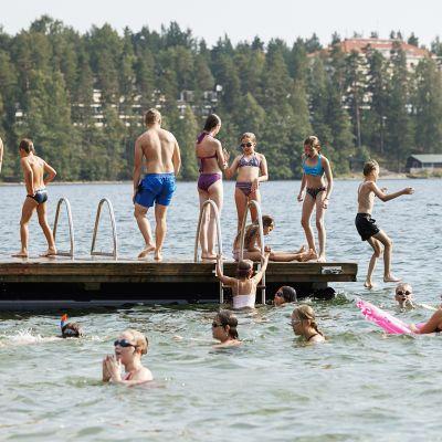 Ihmisiä uimassa Sääksjärven uimarannalla