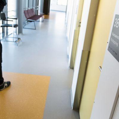 Potilas terveyskeskuksen käytävällä.