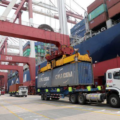 Kontit kulkevat Qingdaon satamassa.