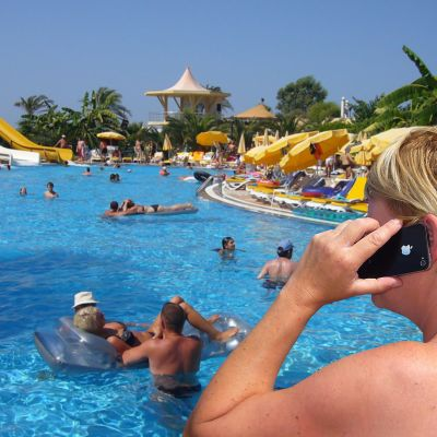 Turisteja Alanyassa uima-altaalla.