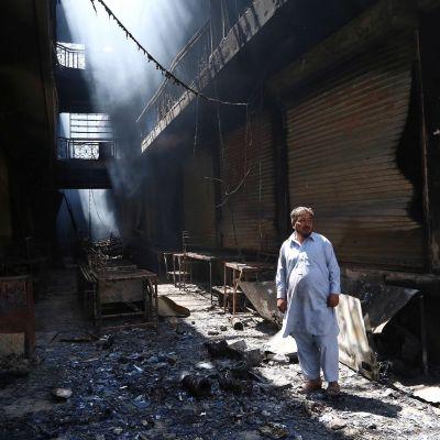 Mies katselee tuhon jälkiä Ghaznissa.