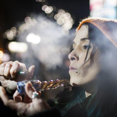 Nainen polttaa marihuanaa.