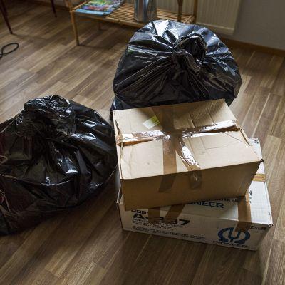 Muuttolaatikoita ja jätesäkkejä.