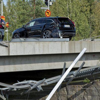 Poliiseja onnettomuuspaikalla.