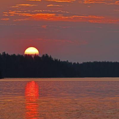 Auringonlasku Kymijoen rannalla.