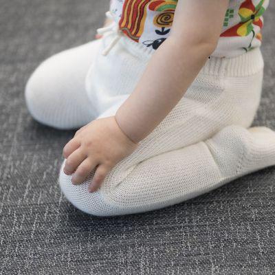 lapsi istuu lattialla