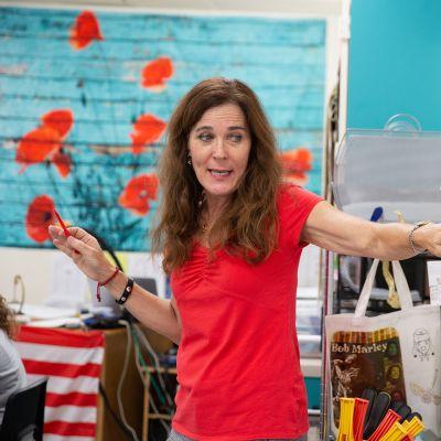 Julie Cieniawski opettamassa.