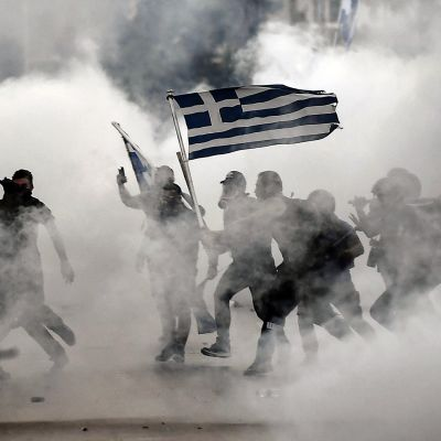 Mielenosoittajat ja poliisit ottavat yhteen Thessalonikissa.