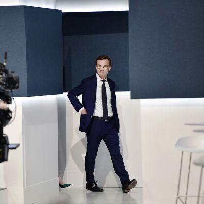 Ulf Kristersson saapumassa SVT:n vaalilähetykseen Tukholmassa