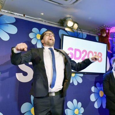 Jimmie Åkesson juhlii vaalivalvojaisissa Tukholmassa.