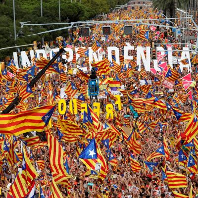 Mielenosoittajat vaativat Katalonian itsenäistymistä Barcelonassa.