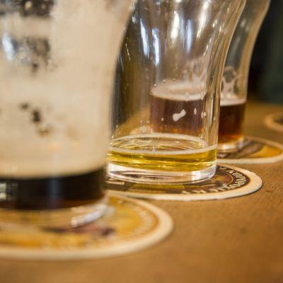 Puoliksi tyhjiä olutlaseja tiskillä pubissa