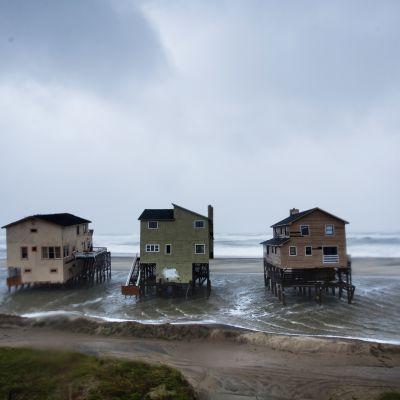 Rakennuksia rannalla.