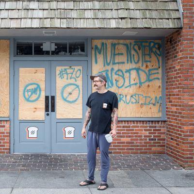 Brian Di Giorgi aikoo jäädä Wilmingtonin kaupunkiin hurrikaanin ajaksi. Hän suojautuu baariin, jonka ikkunat on suojattu vanerilevyillä ja toivoo katsovansa suoratoistopalvelu Netflixiä niin kauan kuin internet-yhteys toimii.