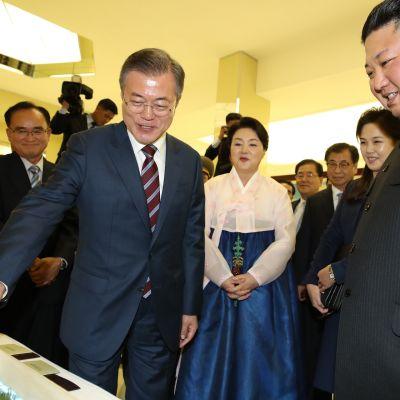 Moon Jae-in ja Kim Jong-un yhteiskuvassa