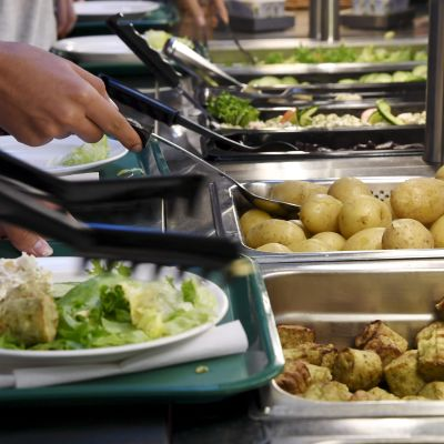 oppilaat ottamassa ruokaa