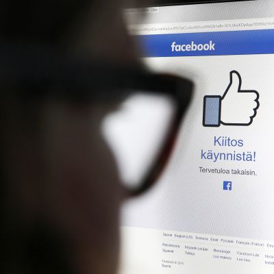 Mies katsoo Facebookin aloitussivua